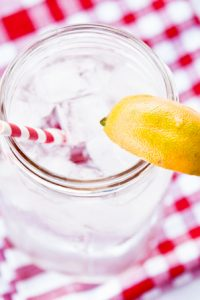 Low Carb 7 Up in a mason jar with a wedge of lemon on the rim.